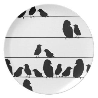 Fåglar telegraferar på binder pläterar tallrik