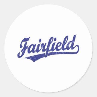 Fairfield skrivar logotypen i blått runt klistermärke