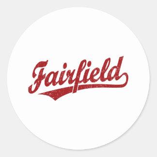 Fairfield skrivar logotypen i rött runt klistermärke