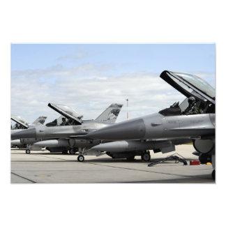Falkar för stridighet F-16 väntar på till Fototryck