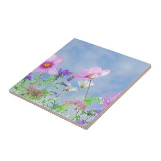 Fält av blommor liten kakelplatta