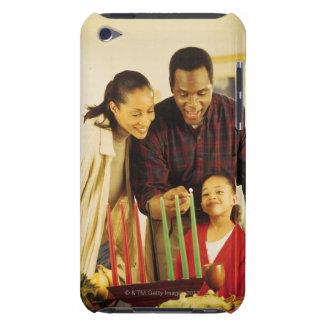 Familj som tänder Kinaraen för Kwanzaa iPod Touch Cover