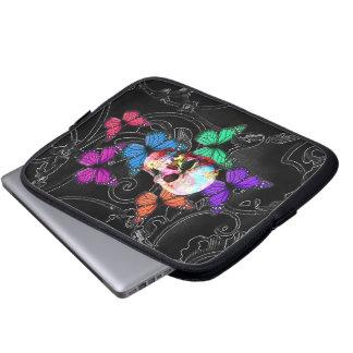 Fantasiskalle och kulöra fjärilar laptop sleeve