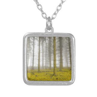 fantasiskog med dimma- och gultlövverk silverpläterat halsband