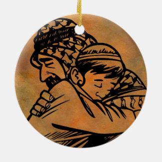 Far och Son som omfamnar inspirera konst Rund Julgransprydnad I Keramik