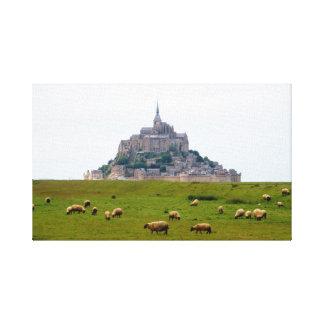 Får som betar på Mont St Michel Canvastryck