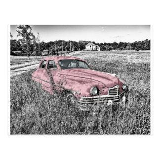 Färg isolerad vintage car i fält vykort