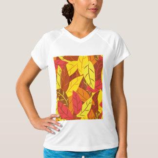 Färgade varma löv för höst mönster tee shirts