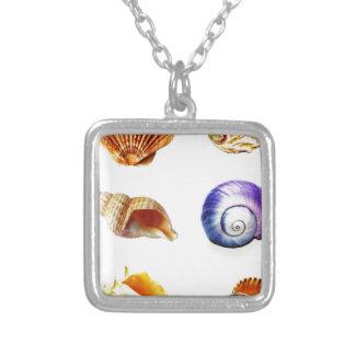 färgglad havssnäckadesign som är ljus och silverpläterat halsband