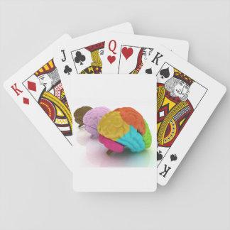 Färgglada människahjärnor som leker kort spel kort