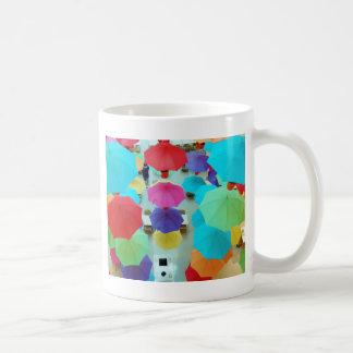 Färgglada paraplyer kaffemugg