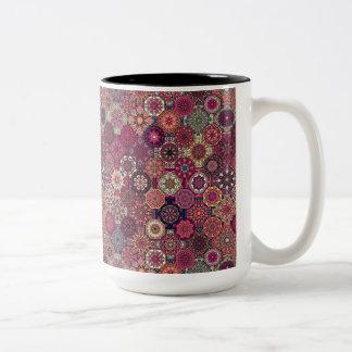 Färgrik abstrakt belägger med tegel mönsterdesign Två-Tonad mugg