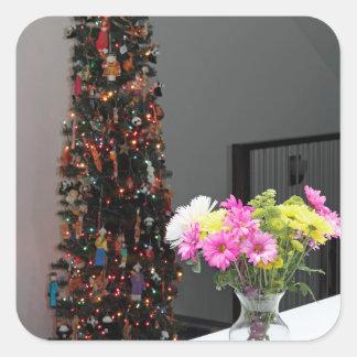 Färgrik blommabukett och julgran fyrkantigt klistermärke