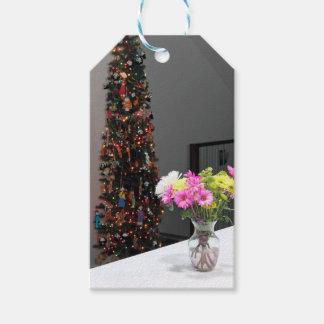 Färgrik blommabukett och julgran pack av presentetiketter