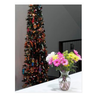 Färgrik blommabukett och julgran vykort