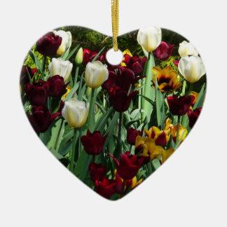 Färgrik blommigt för rödbruna och gula tulpan hjärtformad julgransprydnad i keramik