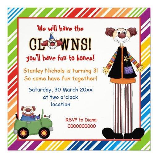 Färgrik clown görad randig gränsbarns födelsedag tillkännagivanden