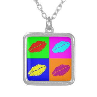Färgrik kyss för popkonstläppstift silverpläterat halsband
