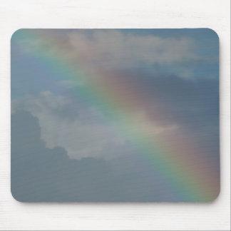 Färgrik regnbågerand i himmlen musmatta