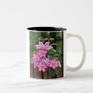 Färgrik rosa clematis Två-Tonad mugg
