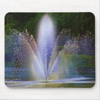 Färgrik vattenfontän på en mousepad musmatta