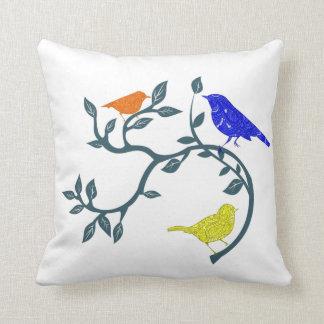Färgrika fåglar på gren kudde
