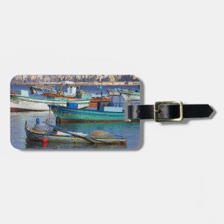 Färgrika fiskebåtar i hamnen av bagagebricka