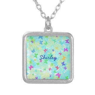 Färgrika fjärilar och daisy av Shirley Taylor Silverpläterat Halsband
