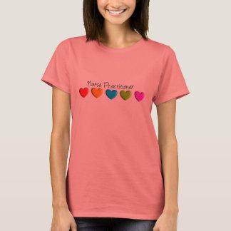Färgrika hjärtor för sjuksköterskapraktiker t-shirts