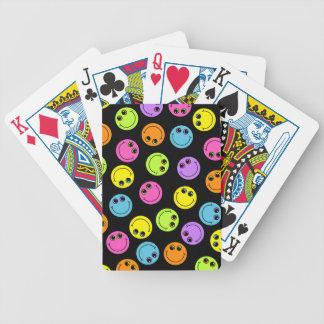 Färgrika smiley face på svart spelkort