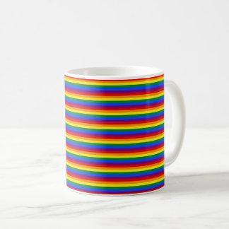 Färgrikt görat randig mönster för regnbågeflagga vit mugg