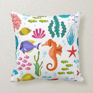 Färgrikt havsliv och djurmönster kudde