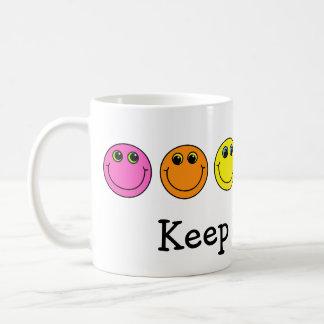 Färgrikt le för smiley facebehålla kaffemugg