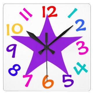Färgrikt numrerar purpurfärgade stjärnaungar tar t fyrkantig klocka