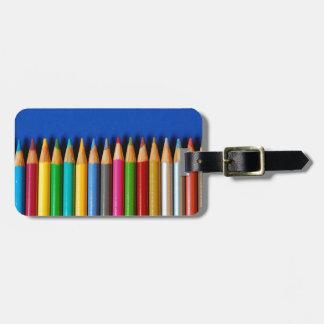 Färgrikt rita kritor på blåttbakgrund bagagebricka
