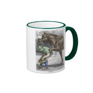 Farrierhovslagare som skor hästen ringer mugg