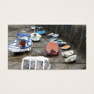 Fartyg i hamn på den låga tide.en visitkort