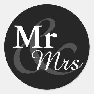 Favör för Mr&Mrs enkel elegant typografibröllop Runt Klistermärke