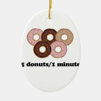 Fem donuts i en som är minimal julgransprydnad keramik