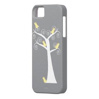 Fem gula fåglar i ett trädfodral iPhone 5 Case-Mate skydd