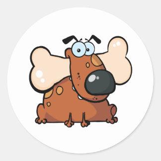Fet hund med det stora ben i mun runt klistermärke
