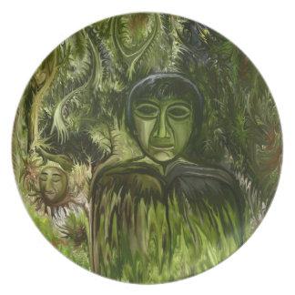 Figur i skogen vid den talby rafien fest tallrikar