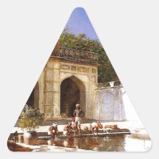 Figurer i borggården av en moské av den Edwin Triangelformat Klistermärke