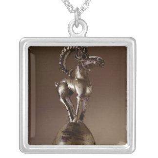 Finial med en bergsfår silverpläterat halsband