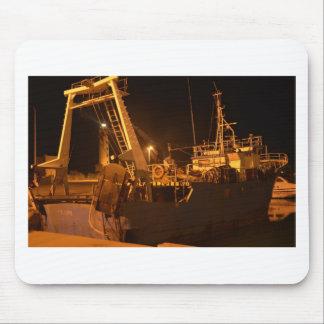Fiskebåt i hamn på natten musmatta