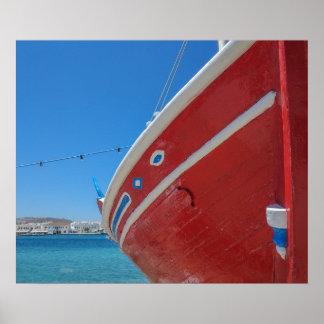 Fiskebåt i porten av Mykonos i Cyclades Poster