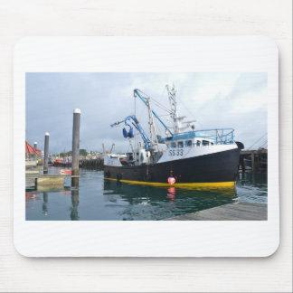 Fiskebåt som lämnar hamn musmatta