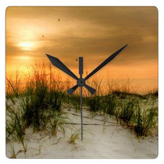 Fiskmåsar på soluppgången fyrkantig klocka