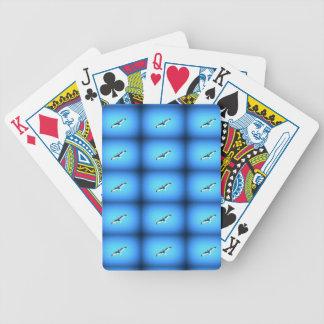 fiskmåsar som soaring på blåttkort spelkort