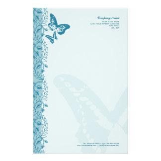 Fjäril & dekorativ utsmyckad gräns i blått brevpapper